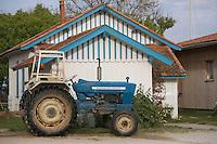 Europe/France/Aquitaine/Gironde/Bassin d'Arcachon/Cap Ferret: détail cabanon d'ostréiculteur et tracteur du Village des Pécheurs