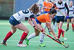 HUIZEN - Hockey - Pili Romang (Bldaal)  met Daphne Koolhaas (HUI)  ,    Hoofdklasse hockey competitie, Huizen-Bloemendaal (2-1) . COPYRIGHT KOEN SUYK
