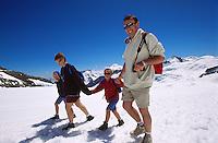 Familie auf dem Wanderweg vom Jungfraujoch zum Moenchsjoch, Berner Oberland, Schweiz, Unesco-Weltkulturerbe