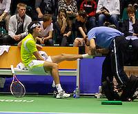 17-12-11, Netherlands, Rotterdam, Topsportcentrum, Robin Haase  krijgt een blessure behandeling van de fysio