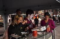 SAO PAULO, SP, 08 DE MAIO DE 2013 - MENSAGEM MAE SHOPPING CENTER 3 - Ação promocional do Shopping Center 3 sorteará o premio de mil reais em compras entre homenagens para as mães. Os partipantes escrevem mensagens que são projetadas  a laser na fachada do Shopping e podem visualiza-las em rede social, onde a mais votada ganhará o prêmio.  (FOTO: ALEXANDRE MOREIRA / BRAZIL PHOTO PRESS)