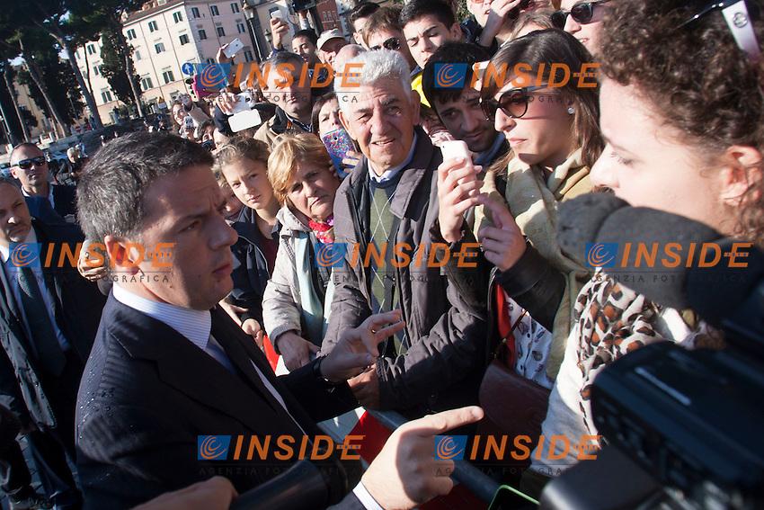 Matteo Renzi saluta la folla<br /> Roma 04-11-2014 Altare della Patria. Deposizione della corona in occasione della Festa delle forze Armate.<br /> Anniversary of the italian Army <br /> Photo Samantha Zucchi Insidefoto