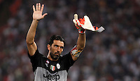 Calcio, Serie A: Roma vs Juventus. Roma, stadio Olimpico, 30 agosto 2015.<br /> Juventus&rsquo; goalkeeper Gianluigi Buffon greets fans at the end of the Italian Serie A football match between Roma and Juventus at Rome's Olympic stadium, 30 August 2015. Roma won 2-1.<br /> UPDATE IMAGES PRESS/Isabella Bonotto