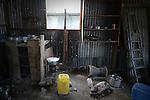 """Interieur du """"banga"""" de Lisa, une sorte de case faite de tôle et de bois dans un bidonville de Petite-Terre à Mayotte. Ces « banga » sont loués 100 euros par mois par les locaux. Souvent sans travail fixe, les clandestines ne peuvent guère espérer mieux. Labattoir, Mayotte, octobre 2016."""