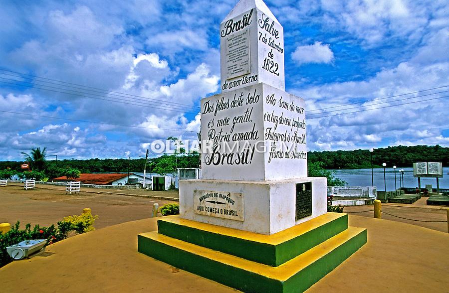 Obelisco de fronteira em Oiapoque. Amapá. 2003. Foto de Juca Martins.