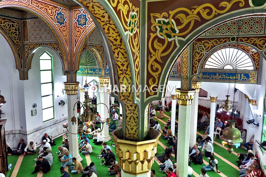 Muçulmanos na oraçao salah jummah, na Mesquita Brasil. Sao Paulo. 2015. Foto de Marcia Minillo.