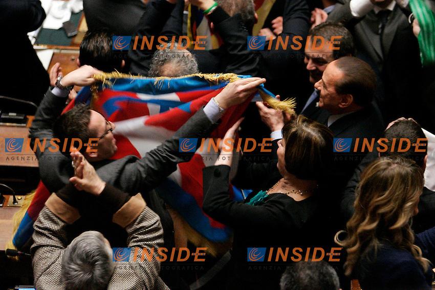 LA LEGA FESTEGGIA TIRANDO FUORI DELLE BANDIERE-berlusconi prende in mano una bandiera.Roma 02/03/2011 Camera Voto di Fiducia sul Federalismo..Photo zucchi Insidefoto