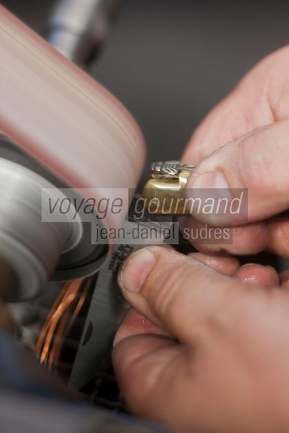 Europe/France/Midi-Pyrénées/12/Aveyron/Aubrac/Laguiole: Fabrication d'un Couteau de Laguiole à la Manufacture de Couteaux:  Forge de Laguiole _Montage d'un Couteau de Laguiole - Premier polissage et finition