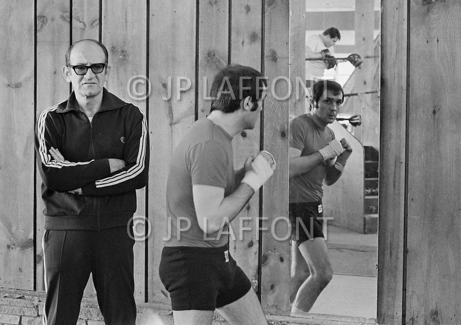 April 1970, Concord, New York State, USA. Boxer Marcel Cerdan Jr. practices beside his trainer Philippe Filippi in Concord, New York, for his fight against Donato Paduano which will be held at Madison Square Garden. Image by © JP Laffont