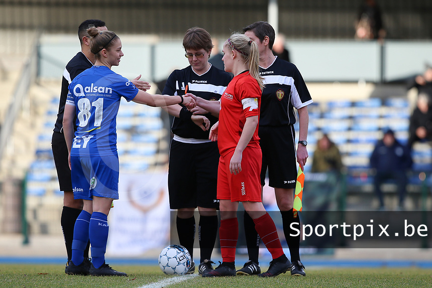 20191221 - WOLUWE: Gent's captain Sofie Vanhooren (81) and Woluwe's captain Jana Simons shake hand after the coin toss, before the Belgian Women's National Division 1 match between FC Femina WS Woluwe A and KAA Gent B on 21st December 2019 at State Fallon, Woluwe, Belgium. PHOTO: SPORTPIX.BE   SEVIL OKTEM