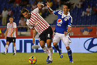BARRANQUIILLA -COLOMBIA-07-08-2013. Edwin Cardona (I) de Atlético Junior disputa e balón con Rafael Robayo (D) de Millonarios durante partido correspondiente a la Copa Postobón 2013 fase 2 disputado en el estadio Metropolitano de la ciudad de barranquilla. / Atletico Junior player Edwin Cardona (L) fights for the ball with Millonarios player Rafael Robayo (R) during match valid fot the Postobon Cup 2013 phase 2 played at the Metropolitano stadium in Barranquilla city. Photo: VizzorImage / Alfonso Cervantes / Stringer.  Photo: VizzorImage/Alfonso Cervantes/STR