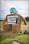 Nederland, Boxtel,  14-09-2013 - Protest tegen de plannen voor schaliegaswinning. Haagse politici kwamen vandaag op werkbezoek en bezochten de twee voorgenomen proefboor locaties waaronder deze in Boxtel. Protest against drilling plans for shale gas. FOTO: Gerard Til / Hollandse Hoogte