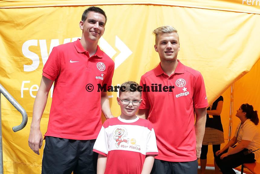 Jason (7 Jahre, Mainz) vom Mainz 05 Kids Club mit den Neuzugängen Christoph Moritz und Sebastian Polter