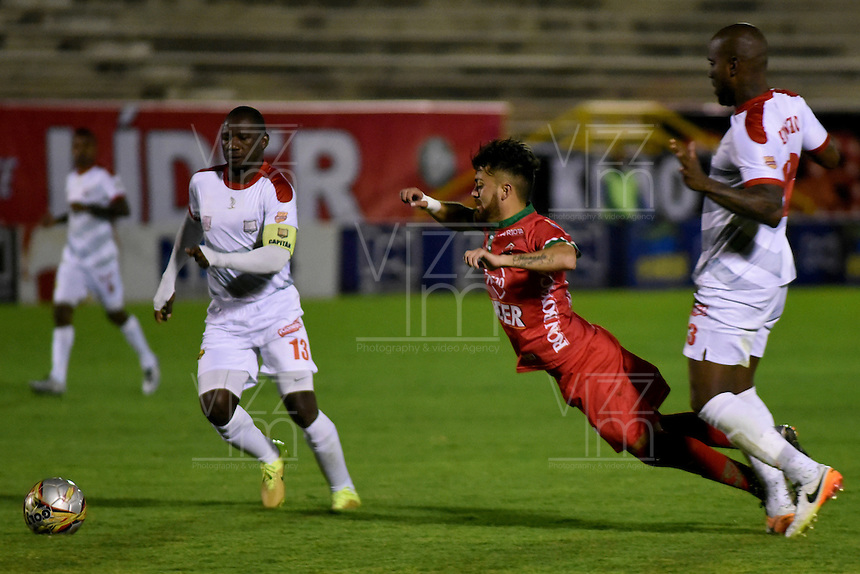 TUNJA -COLOMBIA, 29-09-2016. Juan Sebastian Villota (Izq) jugador de Patriotas FC recibe falta de Felipe A. Baloy (Der) jugador de Rionegro Águilas durante partido por la fecha 10 de la Liga Águila II 2016 realizado en el estadio La Independencia en Tunja./ Juan Sebastian Villota (L) player of Patriotas FC receives a foul from Felipe A. Baloy (R) player of Rionegro Aguilas during match for the date 15 of Aguila League II 2016 at La Independencia stadium in Tunja. Photo: VizzorImage/César Melgarejo/Cont