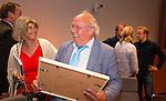 UTRECHT _ Algemene Ledenvergadering Utrecht, van de KNHB.  Bas Maassen met  Madeleine Bakker-Smit.  . Aftredend penningmeester Bas Maassen is benoemd tot Lid van Verdienste.  Copyright Koen Suyk
