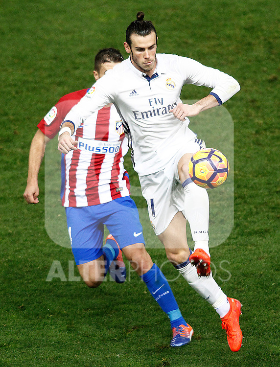 Atletico de Madrid's Gabi Fernandez (l) and Real Madrid's Garet Bale during La Liga match. November 19,2016. (ALTERPHOTOS/Acero)