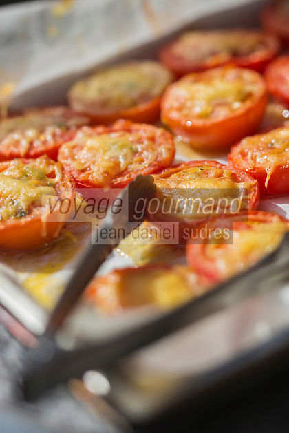 France, Aude (11), Villeneuve-Minervois :Tomates provençales,  recette de La table du Pareur  //France, Aude, Villeneuve Minervois recipe La table du Pareur, provençal tomatoes