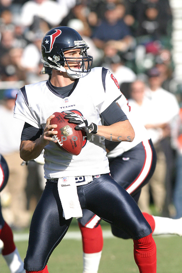 DAVID CARR, of the Houston Texans ,during their game against  the Oakland Raiders on December 3, 2006 in Oakland, CA...Houston wins 23-14..Rob Holt / SportPics