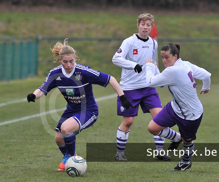 RSC Anderlecht Dames - Beerschot : Jana Coryn aan de bal voor Thais Oosters (rechts).foto DAVID CATRY / Vrouwenteam.be