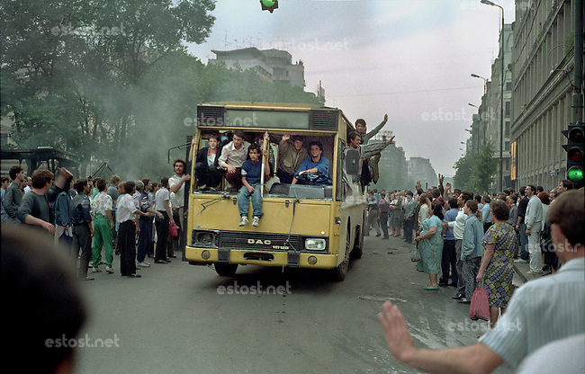 ROMANIA, University Square, Bucharest, 13.06.1990.Bus with no windows, at Sala Dalles..© Andrei Pandele / EST&OST
