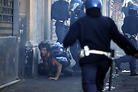 20 LUG 2001 Genova: vertice G8, scontri per impedire ai manifestanti antivertice di raggiungere la zona rossa (Genoa Social Forum)..JUL 20 2001 Genoa: G8 Summit, fights to prevent the anti summit demonstrators from reaching the red zone (Genoa Social Forum).