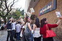 SAO PAULO, SP, 1 DE SETEMBRO 2012 -  CULTURA - Mais de 4 mil pessoas comparecem ao Lancamento do Livro sobre a Biblografia do Pastor Edir Macedo, na Livraria Cultura da Av. Paulista, zona central da cidade,neste sabado (1).FOTO Ricardo Lou - BRAZIL PHOTO PRES