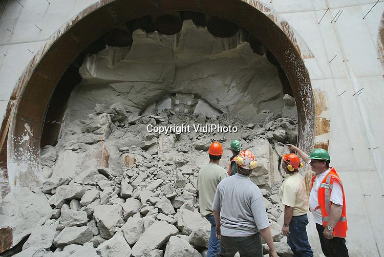 Foto: VidiPhoto..GROESSEN - Boormachine Maxima heeft maandag de overzijde van het Pannerdensch Kanaal bij Zevenaar bereikt. Aan het eind van de middag werd een deel van de boormachine zichtbaar. Het laatste stuk beton moest met behulp van een hydraulische sloophamer verwijderd worden. Met het verwijderen van de de betonresten is dinsdag nog de hele dag doorgewerkt. De tunnelboor voor de Betuwelijn heeft hiermee ruim 1600 meter afgelegd. In september begint het boren van de tweede buis.