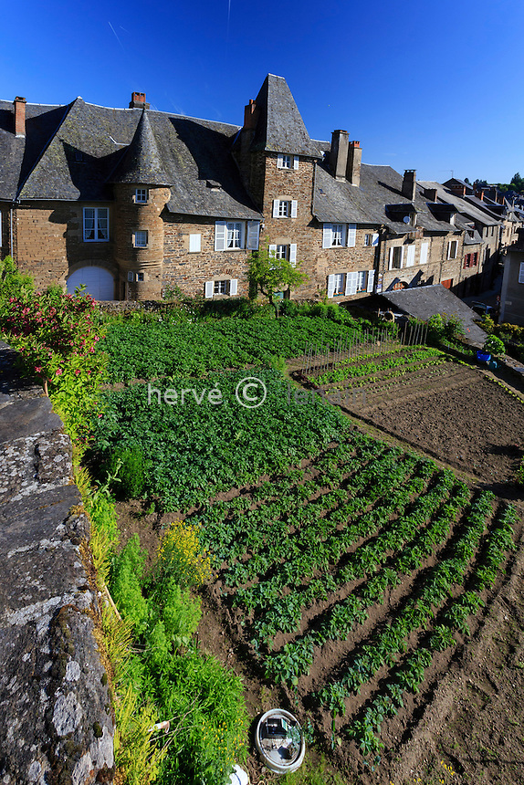 France, Corrèze (19), Uzerche, maison dite château de Tayac et potager en terrasse // France, Correze, Uzerche, Tayac Castle and kitchen garden on terrace