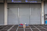 Atene, negozi chiusi in pieno centro in seguito alla crisi economica Poveri dormono in strada Banche chiuse Negozi vuoti. Due letti improvvisati di fronte a una banca chiusa .