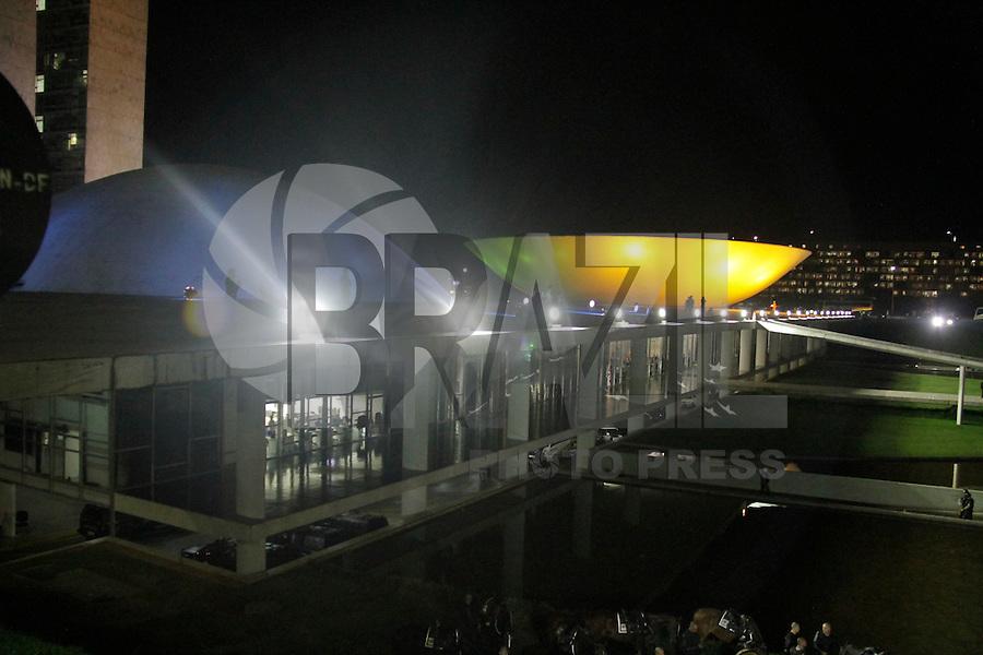 BRASILIA, DF, 21.03.2016- MANIFESTAÇÃO- DF- Manifestantes se concentram em frente ao Palácio do Planalto, Supremo Tribunal Federal e no gramado do Congresso Nacional gritando palavras de ordem.(Foto: Sérgio Kremer / Brazil Photo Press