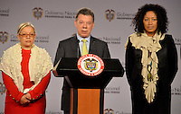 BOGOTÁ -COLOMBIA, 26-11-2013: Juan Manuel Santos (C), presidente de Colombia, nombró este martes 26 de noviembre a las abogadas Nigeria Rentería (Der.) y María Paulina Riveros (Izq.) como nuevas integrantes del equipo del Gobierno Nacional en la mesa de negociaciones con las Farc en La Habana./ Juan Manuel Santos (C), president of Colombia, announced this Tuesday November 26th that the lawyers Nigeria Renteria (R) and Maria Paulina Riveros (L) are the new members of the National Government at the negotiating table with Farc guerrilllas in La Habana, Cuba. Photo: VizzorImage/ Omar Nieto/ Oficina Alto Comicionado para la Paz / HANDOUT PICTURE; MANDATORY USE EDITORIAL ONLY/