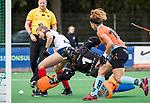 HUIZEN  -   Annabel Weers (HUI) stuit op Jantien Gunter (Gro)  , hoofdklasse competitiewedstrijd hockey dames, Huizen-Groningen (1-1)   COPYRIGHT  KOEN SUYK