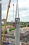 UTRECHT-In de Utrechtste wijk Lombok plaatsen medewerker van HNG Bouw de glaspanelen in de minaretten van de nieuwe Ulu Moskee. Het door Isha Önen uit Zaanstad ontworpen complex wordt één van de grootste moskeeëen van Nederland en krijgt een typische Nederlands gevelbekleding, rode baksteen. De twee minaretten zijn modern vormgegeven met staal en glasblokken waardoor het hele gebouw een hoogte van 44 meter bereikt. COPYRIGHT TON BORSBOOM
