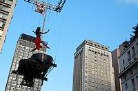 SAO PAULO, SP, 6 DE MAIO DE 2012- VIRADA CULTURAL- Pendurados por uma grua, o pianista Ricardo Perez,  realiza apresentações a dezenas de metros de altura na Praça  Ramos de Azevedo como parte da oitava Virada Cultural. FOTO: GEORGINA GARCIA/BRAZIL PHOTO PRESS
