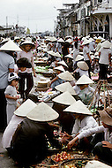 Hué, February 1988. Very busy farmer's market of the city.