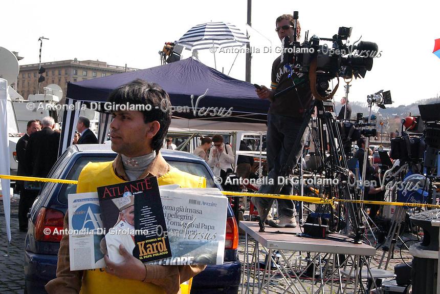 Stato della Città del Vaticano. Funerali di Papa Giovanni Paolo II. .Vatican City State. Funeral of Pope John Paul II..Giornalisti e televisioni arrivate da tutto il mondo..Journalists and broadcasters are coming from all over the world......