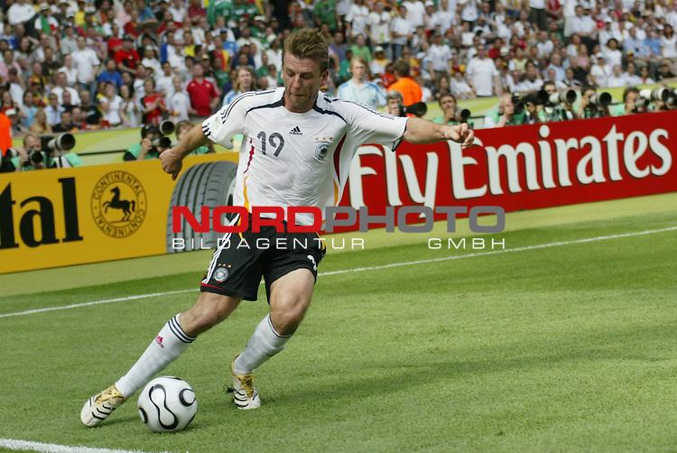 FIFA WM 2006 -  Gruppe A  Vorrunde ( Group A )<br /> Play   #33 (20-Jun) - Ecuador - Deutschland 0:3<br /> <br /> Bernd Schneider von Deutschland in Einzel Aktion.<br /> Bernd Schneider schl&auml;gt eine Flanke.<br /> <br /> Foto &copy; nordphoto