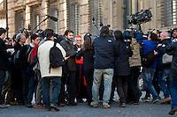 Continuano gli incontri dei cardinali per trovare l'accordo sulla data dell'inizio del Conclave che porterà all'elezione del nuovo Papa dopo le dimissioni di Benedetto XVI. Un cardinale viene preso d'assalito da giornalisti all'uscita del Vatricano