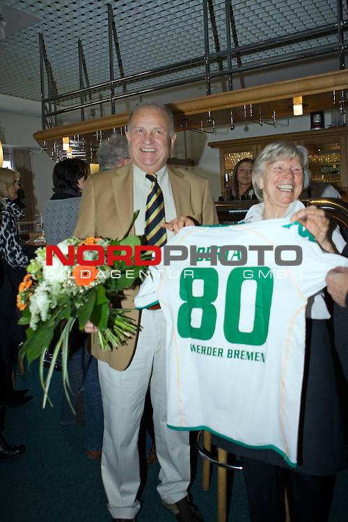 FBL 2008/2009 Werder Bremen<br /> <br /> Berta wird 80 und JŁrgen L. Born Łberreicht ein Triko mit Ihrem Namen und einen Blumenstrauss.<br /> <br /> Foto &copy; nph (  nordphoto  ) *** Local Caption ***