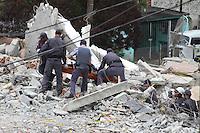 GUARULHOS, SP - 05-12-13 - DESABAMENTO DE PRÉDIO DE 5 ANDARES NA CIDADE DE GUARULHOS/SP. Equipes do Corpo de Bombeiros localizam corpo vítima. Foto: Geovani Velasquez / Brazil Photo Press