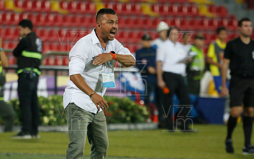 BUCARAMANGA - COLOMBIA, 28-09-2019: Sergio Novoa técnico de Bucaramanga gesticula durante partido por la fecha 13 de la Liga Águila II 2019 entre Atlético Bucaramanga y Envigado F.C. jugado en el estadio Alfonso López de la ciudad de Bucaramanga. / Sergio Novoa coach of Bucaramanga gestures during match for the date 13 of the Liga Aguila II 2019 between Atletico Bucaramanga and Envigado F.C. played at the Alfonso Lopez stadium of Bucaramanga city. Photo: VizzorImage / Oscar Martinez / Cont