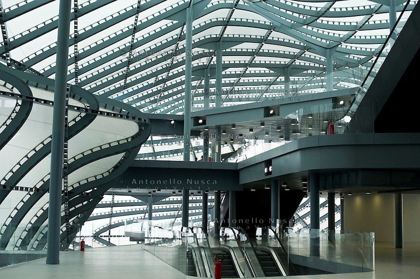 "Il nuovo centro congressi La Nuvola progettato da Massimiliano Fuksas e realizzato nel quartiere Eur a Roma aprirà il prossimo 29 Ottobre. The new convention center named ""The Cloud"" designed by Italian architect Massimiliano Fuksas in the Eur business district in Rome. It will be inaugurate on October 29, 2016."