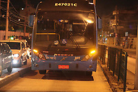 RIO DE JANEIRO, RJ 09.05.2019 - Acidente grave com um vendedor de meias que foi atropelado pelo ônibus do BRT na av Vicente de Carvalho, 1086 no Bairro na Vila da Penha na noite desta quinta-feira (9), a vitima veio falecer no local. (Foto: Celso Barbosa/Código19)