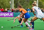 BLOEMENDAAL -   Myrthe van Kesteren (Bldaal) met Gabi Nance (Pin)  , Libera hoofdklasse hockey Bloemendaal-Pinoke (0-0). COPYRIGHT KOEN SUYK