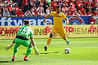 Zu uneigennützig vergibt Haris Seferovic (Eintracht Frankfurt) die große Chance beim Alleingang gegen Torwart Jannik Huth (1. FSV Mainz 05) - 13.05.2017: 1. FSV Mainz 05 vs. Eintracht Frankfurt, Opel Arena, 33. Spieltag