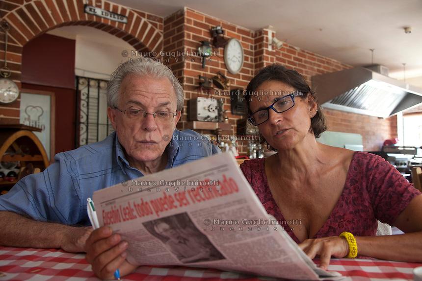 Cuba, l'Avana ritratto dello scrittore Anton Arrufat con la giornalista Laura Putti<br /> Cuba, La Havane, portrait de l'&eacute;crivain Anton Arrufat<br /> Cuba, Havana, portrait of the writer Anton Arrufat