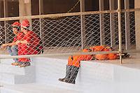BRASILIA,DF,28 JANEIRO 2013 - VISTORIA ESTADIO MANÉ GARRINCHA -Operarios descançam durante hora do almoço nas obras do Estadio Mané Garrincha em Brasilia.FOTO ALE VIANNA - BRAZIL PHOTO PRESS.
