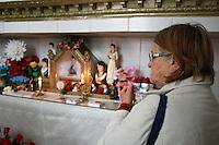 CURITIBA, PR, 02.11.2015 - FINADOS-PR - Movimentação no túmulo da santa popular Maria Bueno, no Cemitério Municipal São Francisco de Paula em Curitiba (PR), na manhã desta segunda-feira,02. O túmulo da santa, recebe cerca de mil visitantes no Dia de Finados. Maria Bueno, que viveu em Curitiba no século 19, morreu em 1893, sua morte foi trágica, porém, se tornou conhecida e admirada por devotos de distintas religiões. Conta a história que Maria Bueno era uma menina pobre de vila, mas sua vida era alegra, considerada prostituta pela sociedade Curitibana. Quem assassinou foi seu amante, que na época era primeiro soldado e barbeiro por ciúmes cortou a cabeça de Maria Bueno.(Foto: Paulo Lisboa / Brazil Photo Press)