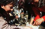 Que se vayan todos! - lo slogan ricorre in tutte le manifestazioni, raccogliendo le istanze dei piqueteros disoccupati, della classe media esasperata dal sequestro dei propri risparmi, del popolo argentino travolto dalle conseguenze economiche e sociali del collasso economico. Rappresenta la precisa richiesta rivolta alla classe politica di lasciare il potere, in quanto accusata di essere corrotta e concausa del declino economico di un intero paese. In questo contesto si inseriscono le immagini del lavoro in fabbriche recuperate dai lavoratori della Zanon, i gruppi di disoccupati organizzati, le assemblee di quartiere, i piccoli produttori locali, tutte esperienze di economia alternativa nate dopo la crisi.