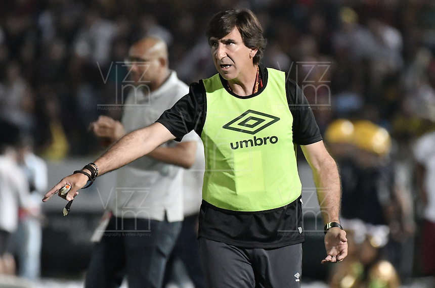 IBAGUÉ -COLOMBIA, 14-12-2016. Gustavo Costas técnico de Independiente Santa Fe gesticula durante partido de ida con Deportes Tolima por la final de la Liga Águila II 2016 jugado en el estadio Manuel Murillo Toro de Ibagué. / Gustavo Costas coach of Independiente Santa Fe gestures during first leg match Deportes Tolima for the final of the Aguila League II 2016 played at Manuel Murillo Toro stadium in Ibague city. Photo: VizzorImage/ Gabriel Aponte / Staff